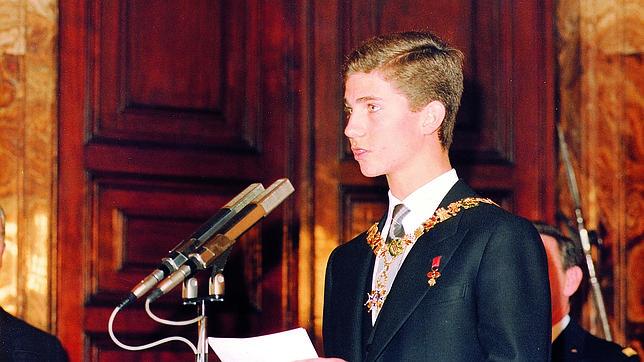 Rey Felipe VI en 1981 recibiendo el Toison de Oro