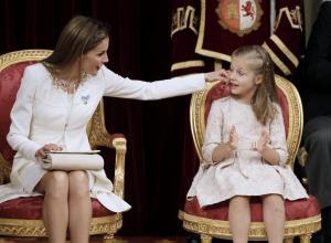 La-reina-Letizia-y-su-hija--Leonor-de-Borbon--en-el-Congreso
