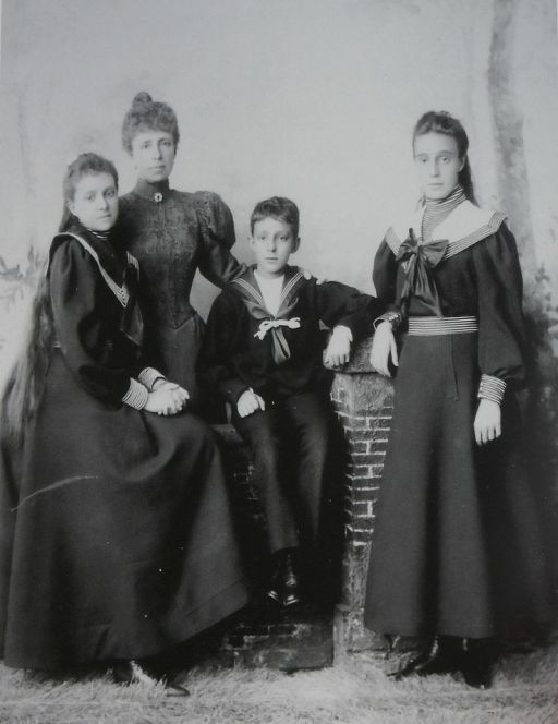 Queen_Maria_cristina_with_her_three_children