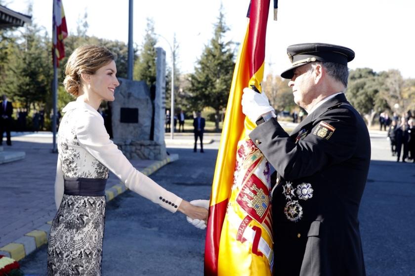 Reina entrega bandera españa