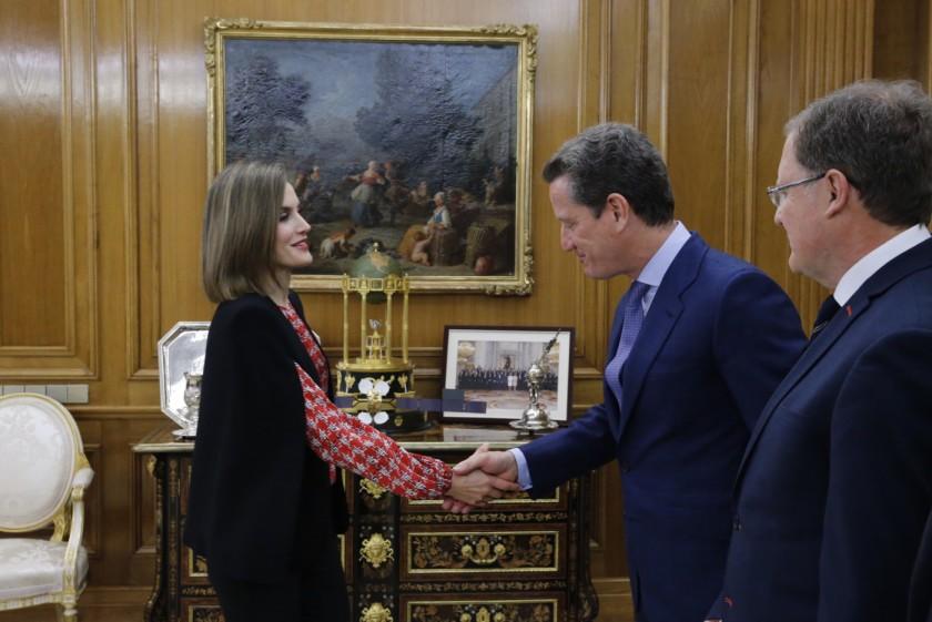 Su Majestad la Reina recibe el saludo del presidente de la Plataforma de Organizaciones de Infancia de España, Carlos Martínez-Almeida Morales