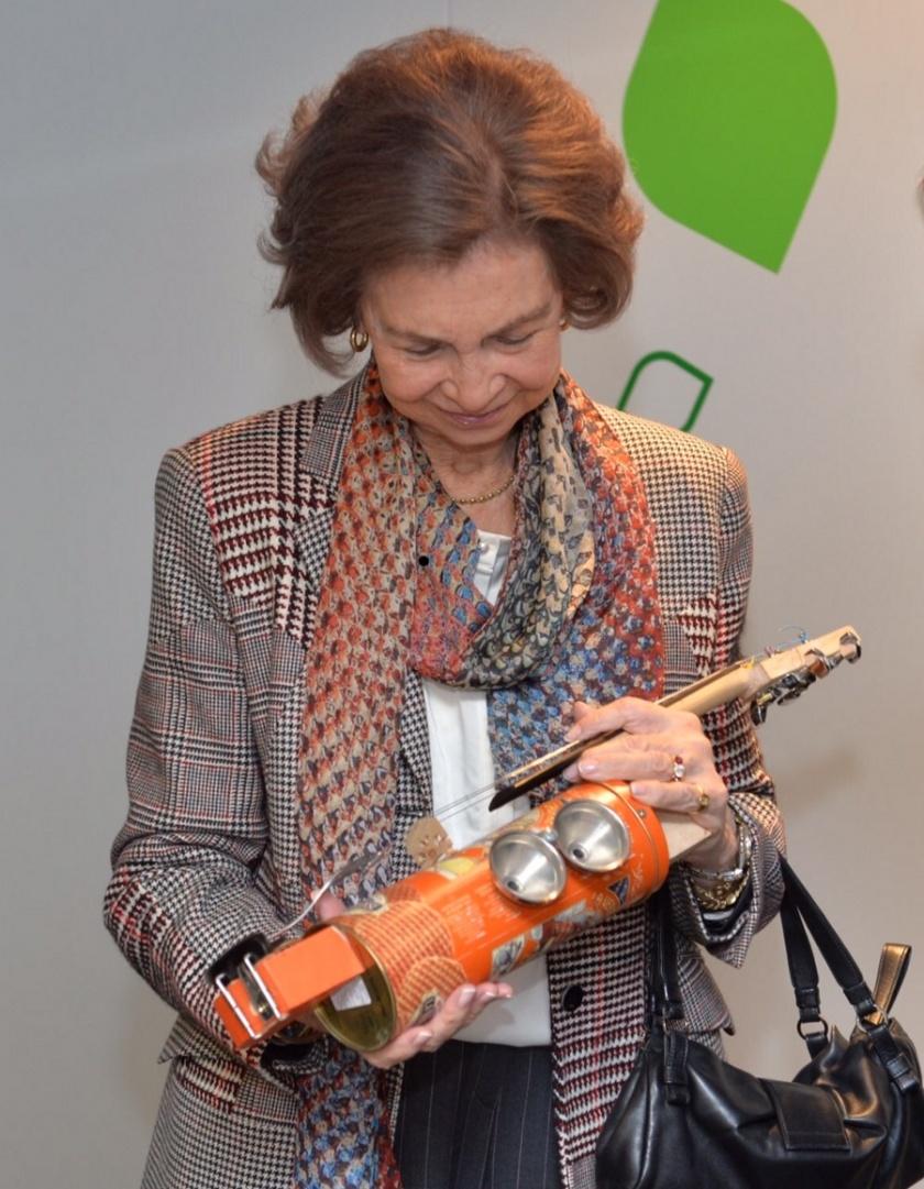 Su Majestad la Reina Doña Sofía contempla uno de los instrumentos reciclados expuestos